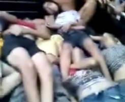 何があった!?10代の女の子たちの死体が大量にトラックで運ばれてる・・・