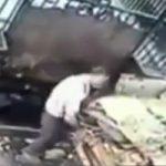閲覧注意|ゴミ処理機で作業中のおじさんが誤って転落して死亡する監視カメラ映像