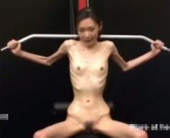 エログロ動画|拒食症でガリガリ女性が必死に筋トレしてるけど効果あるか怪しすぎるw