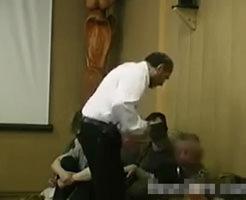 カルト教団の教祖に何度も強めの平手打ちをされ説教される若い女性|衝撃映像