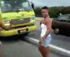 オカマA、B、C・・・が現れた!オカマ集団は道路を占拠した!→トラックに跳ねられてしまった・・・|衝撃映像