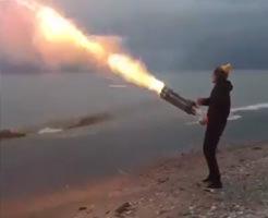 おもしろ動画|45秒で1000本発射できるロケット花火でガトリングガン作ってみましたw