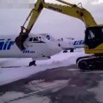 素行が悪すぎる空港職員 クビになった瞬間に飛行機破壊して帰るwww