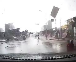 車載カメラが撮影!ベトナムの市場を襲ったハリケーンの迫力が映画を越えてるww