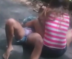 ちょっとエロい?女子中学生くらいのホットパンツ少女のガチ喧嘩