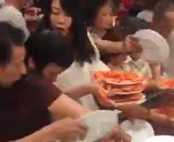 中国でのビュッフェがカオスすぎる…民度の高さが伺えますなぁwww