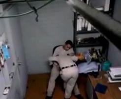 AVと思いきやガチもんっぽいww婦警さんにフェラさせるおっさん警察官を盗撮!!