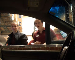 店員、騒然・唖然・呆然、、、無人の車がドライブスルーに来た時の店員の反応www