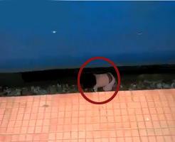 最悪の気分にさせてくれるグロ動画…赤ちゃんが電車にゆっくり轢き殺される瞬間