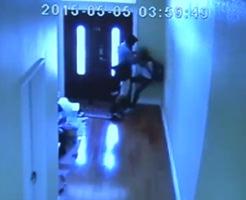 13歳の少女をレイプしようと近づく男の姿を監視カメラがとらえていた…