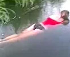 エログロ動画|パンツ丸出しのまま溺れ死んでしまった美女・・・