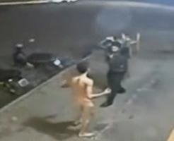 おもしろ動画|へ、変態だー!!やけに機敏に動く全裸男のストリートファイト!!