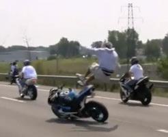 事故映像|高速でウィリーしてた珍走団。案の定、事故るw