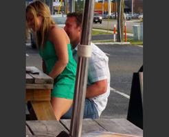 盗撮エロ動画|カフェのテラス席でドッキングしている痴女カップルを隠し撮り!!