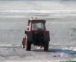 死亡事故|「凍った川をトラクターで横断してやるぜ!!」→想像通りの結果に