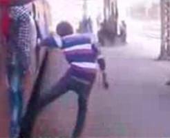 グロ動画|インドの子どもの遊びが危険すぎた…命知らずの少年が命を失う瞬間※閲覧注意