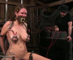 無修正エログロ動画|悲鳴注意!泣き叫ぶ女に無慈悲に電流を流し続けた結果・・・