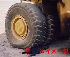 閲覧注意|大型トラックに轢かれて、いろいろ出てしまう瞬間…