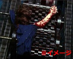 グロ動画|入ったばかりの新入りがいねぇ!回転する機械に巻き込まれていた模様…