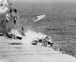 衝撃映像|ベテランでもかなり難易度が高い!空母着艦に失敗するとこうなる