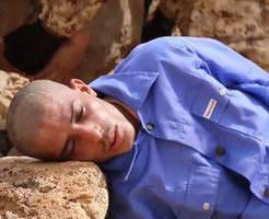 グロ動画|単純&簡潔 でもグロい投石で頭をかち割る処刑… ※斬首、銃殺シーン有り