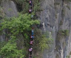 玉ヒュン|高さ800メートルの断崖絶壁 ← これが通学路とか嘘やろw