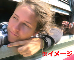 グロ画像|(バス車内の窓から顔を出して友達に)「やっほー!」 → 12歳少女の首が飛ぶ