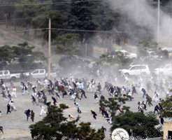 閲覧注意|7人が死亡、100人以上が負傷した葬式中の自爆テロ 悲しむ間もない…