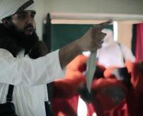 グロ動画|切断しない程度に斬首、死体を鎖で吊るす肉処理場みたいなISIS(イスラム国)の処刑