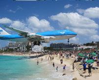 衝撃|飛行場が真隣にあるビーチ、後ろにいた女性がジェットエンジンに吹き飛ばされる=セント・マーチン島