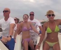 【事故】ビキニの美女おるし格好ええとこ見せたろ!ボートでスピード出しすぎて吹き飛ぶ