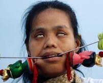 【グロ画像】体に刃物を刺しまくったトランス状態で街中歩き回るベジタリアンフェスティバル=タイ