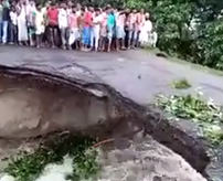 【衝撃】やめとけ!洪水被害で崩壊寸前の橋を渡ろうとした結果...