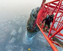 【衝撃】ひょえ~!命綱なしで高層ビルでは世界2位の高さの上海タワー頂上へレッツゴー!