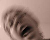 【衝撃】風呂場で斬首した頭持ってゲラゲラ笑う精神異常者による個人映像がヤバ過ぎる...