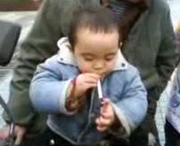 【衝撃】2歳の子供が貫禄ある仕草でタバコを吸ってるけど...どうなのよ?
