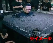 【衝撃】意地でも動かない!土地紛争でセメントで埋められた男性の末路...=中国