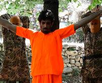 【閲覧注意】子供に斧で腕を切断させ、斬首までさせるISISの最新処刑映像