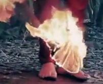 【閲覧注意】鎖で縛った人間を火あぶりにして焼き殺すイスラム国の処刑