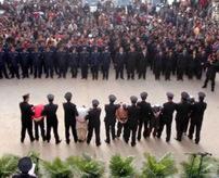 【死刑】10人の犯罪者が数千人の群衆の前で公開判決!=中国