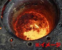 【衝撃】これぞ男気!?ドロドロに溶けた金属を素手で触っても熱く...なーい!