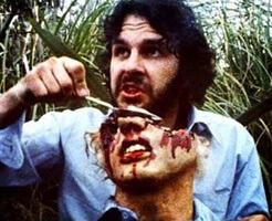 マチェットで斬り殺した相手の血をその場ですする男が目の前にいる状況・・・