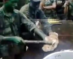 ウサギの目玉を食べるゲテモノ食い行事がまさかのブラジル軍のルーキー恒例行事