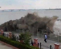 【衝撃】台風の時に川で流される人もこんな感じに…津波を見学していた人が飲み込まれる=中国