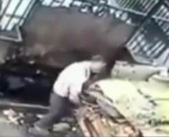 【閲覧注意】ゴミ処理機で作業中のおじさんが誤って転落して死亡する監視カメラ映像