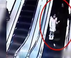 少女が乗ってる下りエスカレーターにショッピングカートを落とす冗談じゃ済まされない悪戯が監視カメラに
