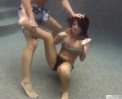 【閲覧注意】巨乳美女をプールに沈めて溺れさせる海外モノのハードプレイ!