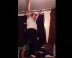 【衝撃映像】酔っ払って気分上々↑↑なおじさん、窓から転落してそのまま死亡
