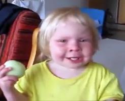 目にしみるぅ!!!泣きながら丸かじりするワイルドな子供、有無を言わさず可愛いすぎるw