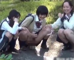 【エロ】女子高生の悪ふざけ、学校帰りの河川敷でおしっこ飛ばし大会開催中w